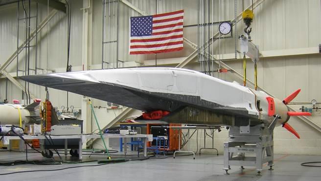 美國試驗中的高超音速載具X-51,主要是研究超衝壓引擎。(圖/洛馬公司)
