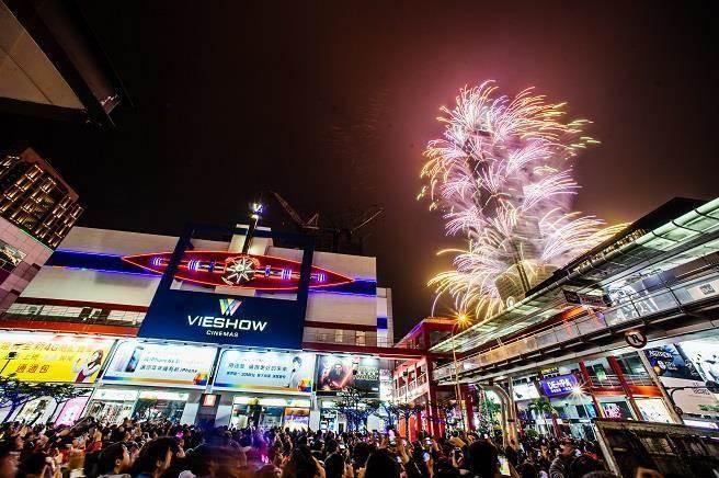 台北101跨年煙火秀向來為矚目焦點,台北星級飯店除照例推出餐飲、住房優惠外,亦同步舉行跨年派對,搶攻跨年財商機。(資料照/郭吉銓攝)