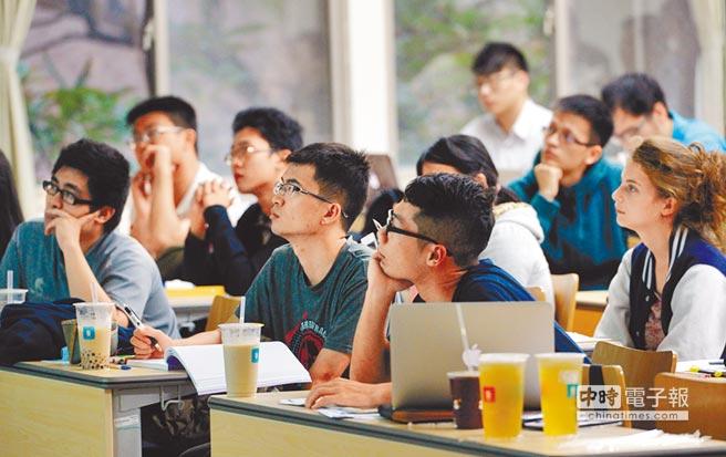 少子化衝擊,多所大學明年減招,各個頂尖大學中,台灣大學也傳減招學生,圖為台大學生上課情形。(顏謙隆攝)