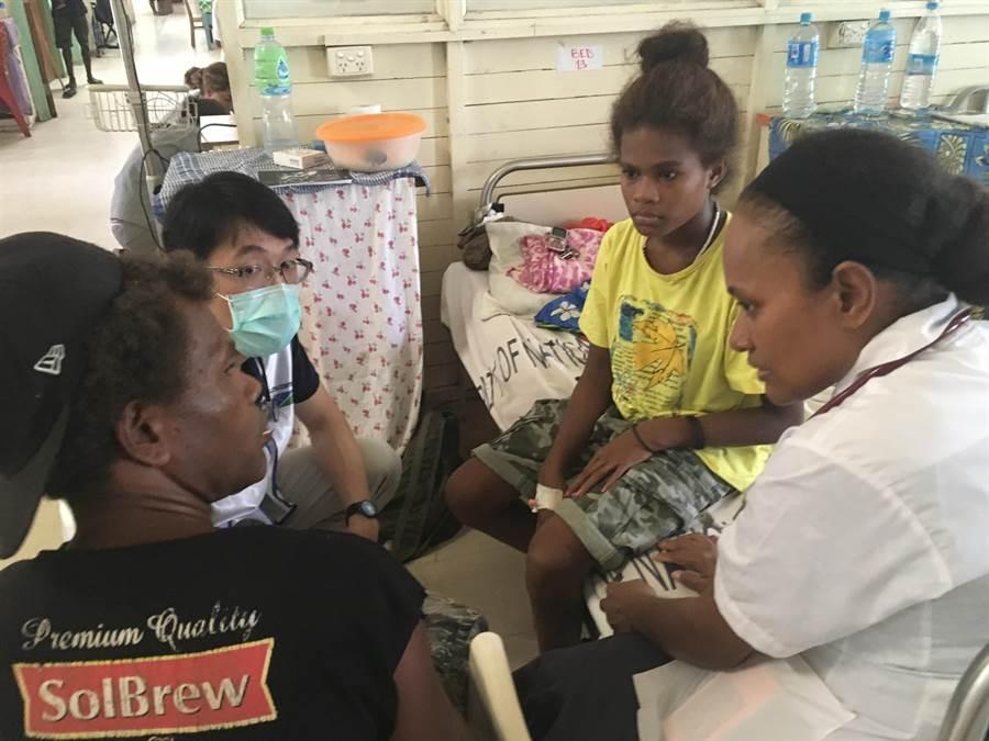 高醫鄭宇辰醫師訪談住院病人。(柯宗緯翻攝)