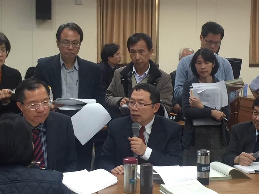 台水董事長郭俊銘今天在立院承諾,明年底前都不會調漲水價。(王玉樹攝)