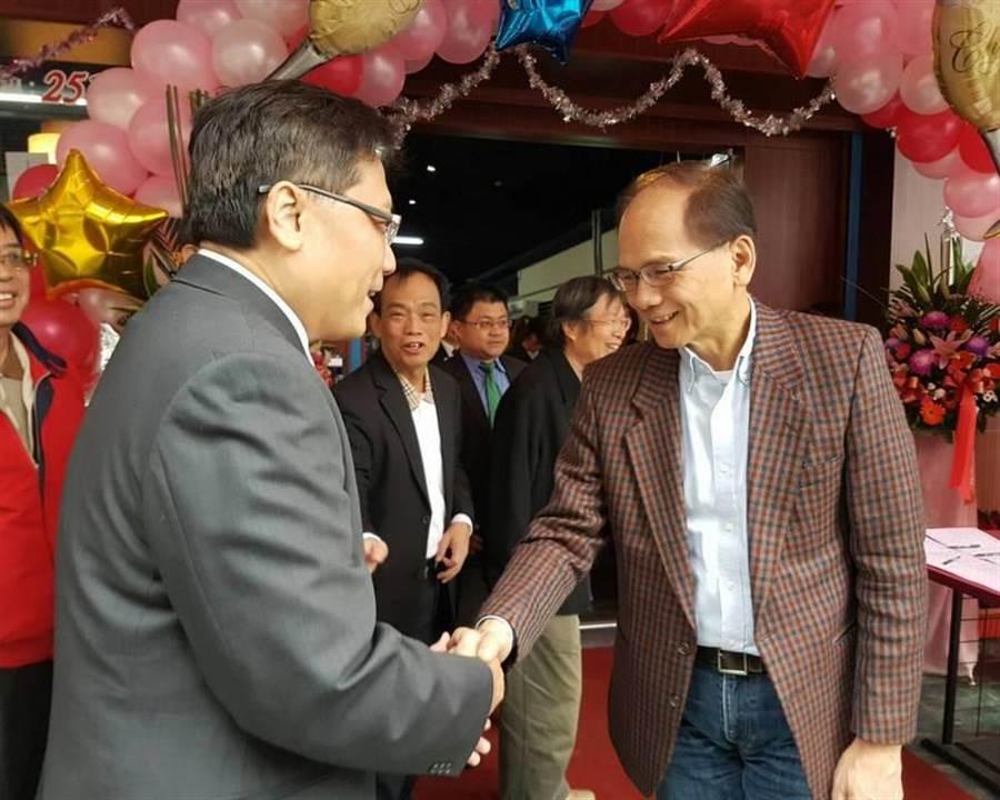 游錫堃(右)幫火鍋店開幕剪綵,和南部友人握手致意。(劉宥廷攝)