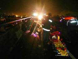 小客車追撞曳引車 酒駕男當場死亡