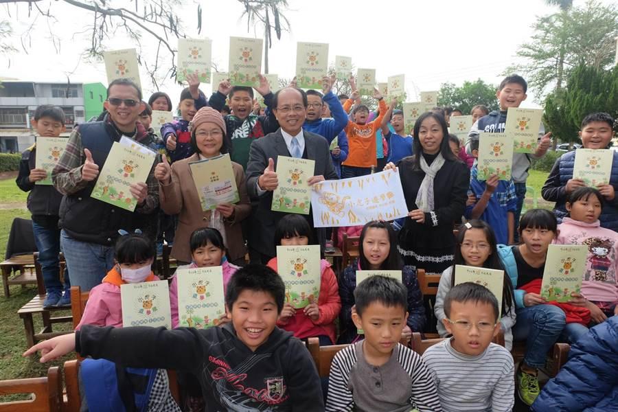 虎尾鎮推出「遊學趣護照」,讓社區與學校都變成旅遊景點。(張朝欣攝)