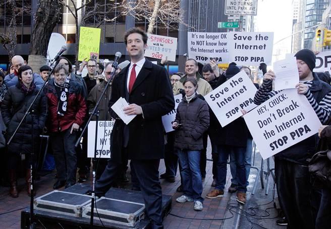 奧漢尼安2012年1月18日在紐約抗議《保護智慧財產權法案》與《禁止網路盜版法案》。(圖/美聯社)