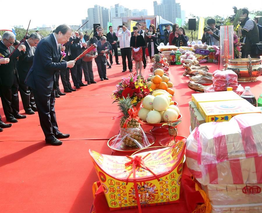 中醫大董事長蔡長海(左)與貴賓一起上香祈福。(范揚光攝)