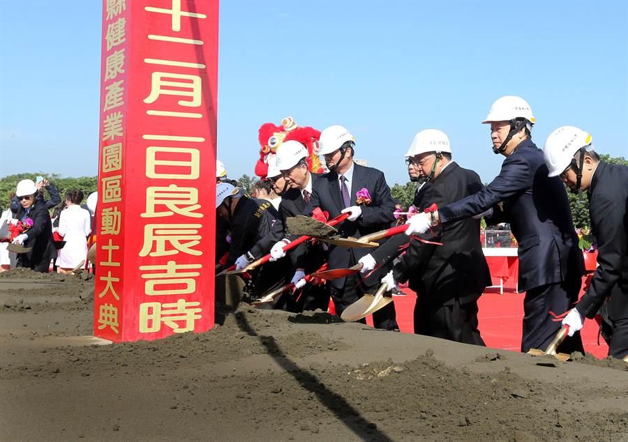 中醫大董事長蔡長海(右)與貴賓持金鏟鏟土。(范揚光攝)