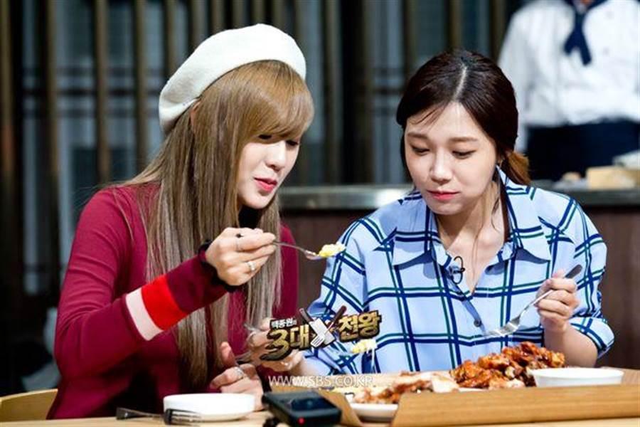 Apink夏榮(左)與恩地(右)進行吃貨對決(圖/KKTV 提供)