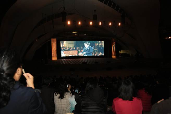 台中市圓滿戶外劇場設置巨型LED銀幕提供觀眾觀賞聆聽。(盧金足攝)