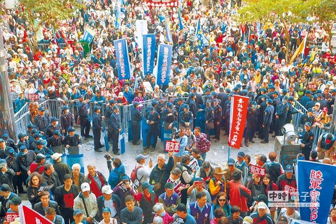 年金改革北區座談上月31日在台北登場,監督年金改革行動聯盟發動退休軍公教到場外抗議,民眾衝破警方管制線,攻進召開會議的交通部大樓,並對警方形成前後包夾之勢。(黃子明攝)