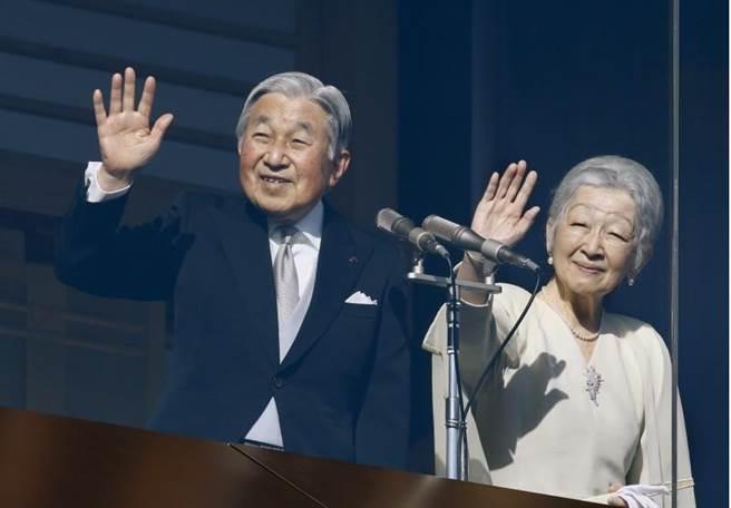 明仁天皇(左)與美智子皇后(右)。(美聯社)