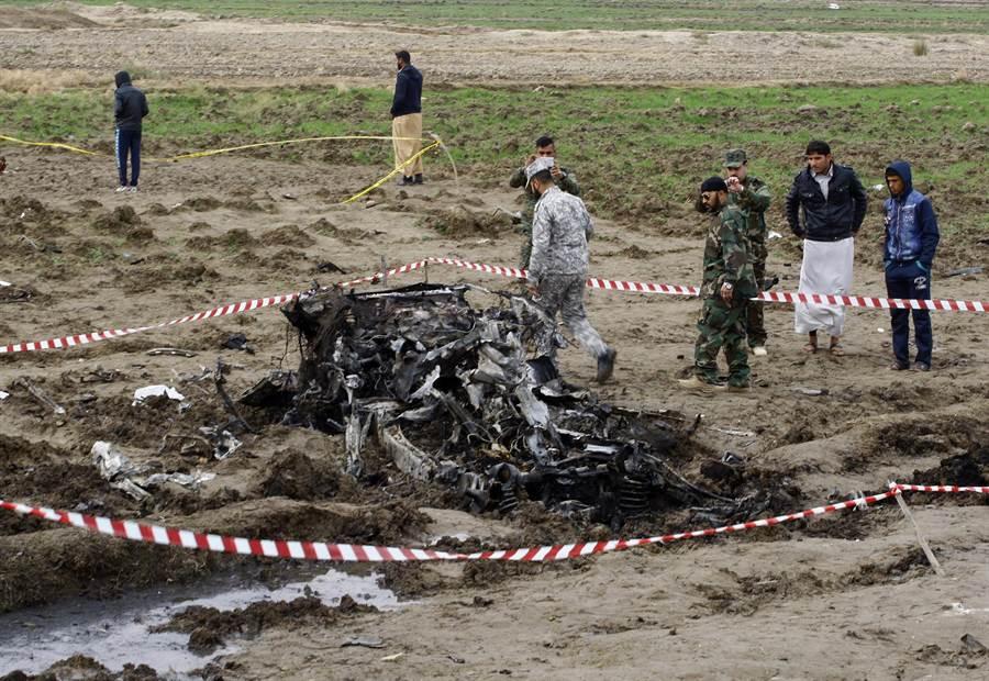 巴格達炸彈攻擊不斷,造成一般民眾死傷慘重。圖中是2017年元旦在巴格達納賈夫什葉城區一個檢查哨發生的自殺炸彈攻擊事件現場。(圖/美聯社)