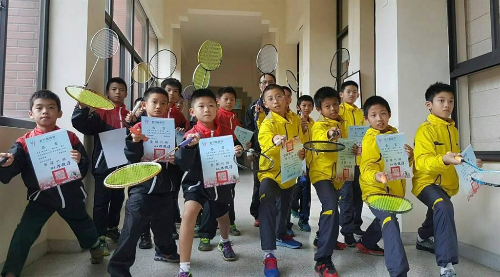 新竹縣新社國小羽球隊再次勇奪全國國小盃男子羽球錦標賽亞軍,完成3連霸佳績。(陳育賢攝)