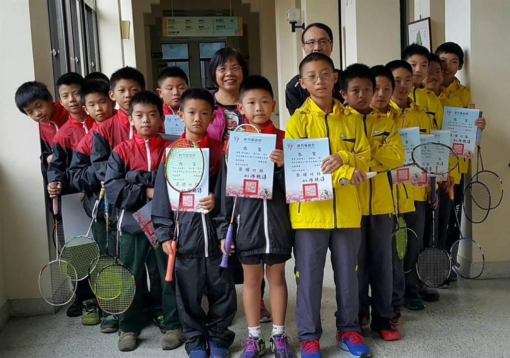 新竹縣新社國小羽球隊再次勇奪全國國小盃男子羽球錦標賽亞軍。(陳育賢攝)