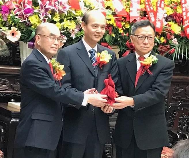 昨天中華總會館的總董交接由中國駐舊金山總領事羅林泉(中)監交。(圖:陳子巖攝)