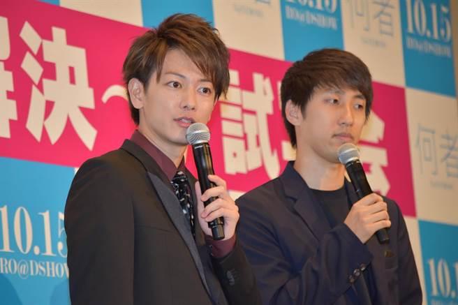 佐藤健(左)與朝井遼(右)參加電影宣傳活動,相互吐槽逗笑現場觀眾。〈翻自網路〉