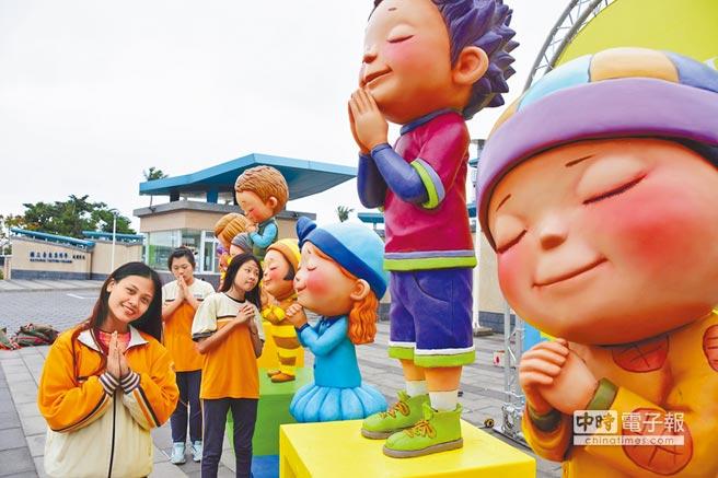 8座許願小童進駐東專校門口,造型吸睛,頗具正面療癒效果。(莊哲權攝)