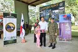 劉德立參訪巴拿馬邊境並捐贈兒童玩具