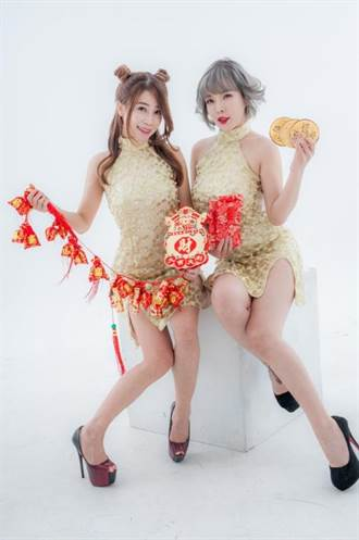 網紅「珍奶姐妹花」 扮性感金雞賣春聯