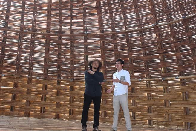 國際當代地景藝術家王文志(左)駐村創作,以5000多跟苗栗孟宗竹打造巨大竹編屋。(黎薇攝)