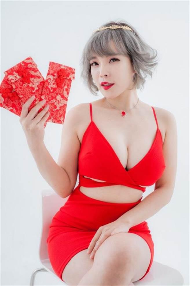 牛奶兒32F的火紅比基尼紅包,吸引男粉絲爭相搶購!(圖/好玩國際提供)