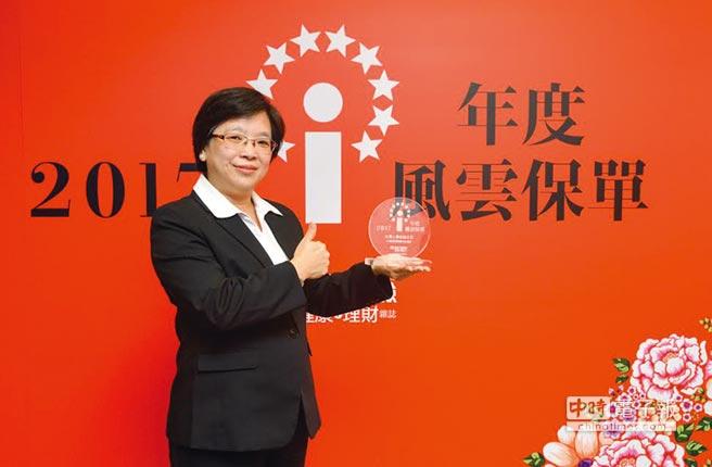 「台灣人壽大發鴻利變額年金保險」獲得年度風雲保單肯定,由台灣人壽商品一部賴玉菁副總代表領獎。圖/台壽提供