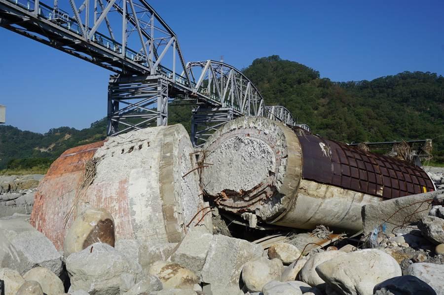 花樑鋼橋編號P5橋墩重800公噸,原傾斜約15度,後來也不敵洪水沖刷,橫倒河床,與墩基斷成兩截。(王文吉攝)