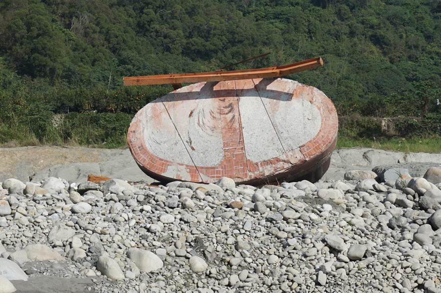 高齡百歲的P4橋墩重達600多公噸,去年6月中遭洪水沖倒,墩底朝天至今。(王文吉攝)