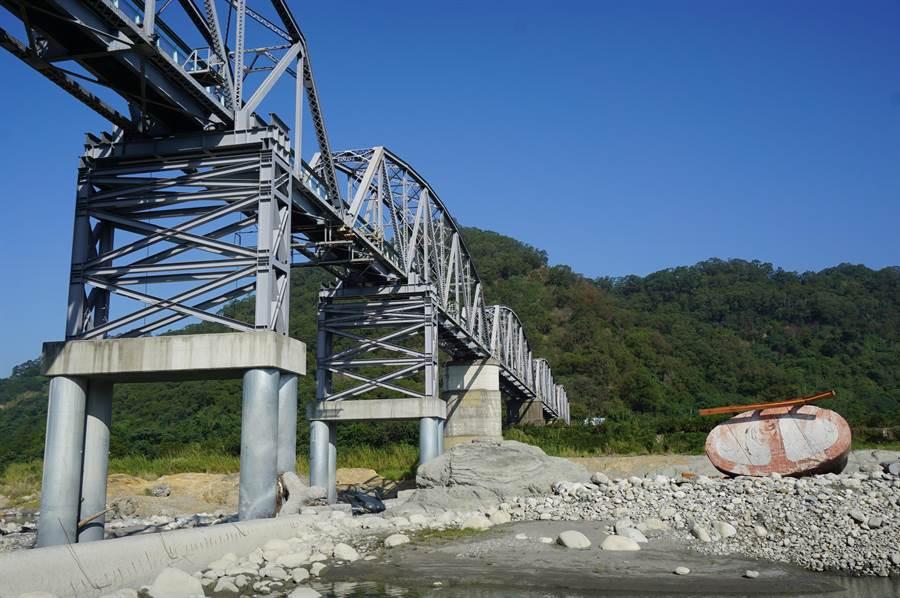 P4橋墩倒臥大甲溪底河床,施工包商已撤離。(王文吉攝)