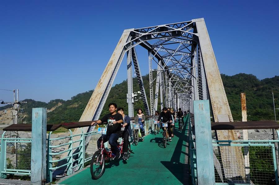 濃濃工業風的花樑鋼橋創建於1908年,是后豐鐵馬道的知名景點,自行車遊客眾多。(王文吉攝)