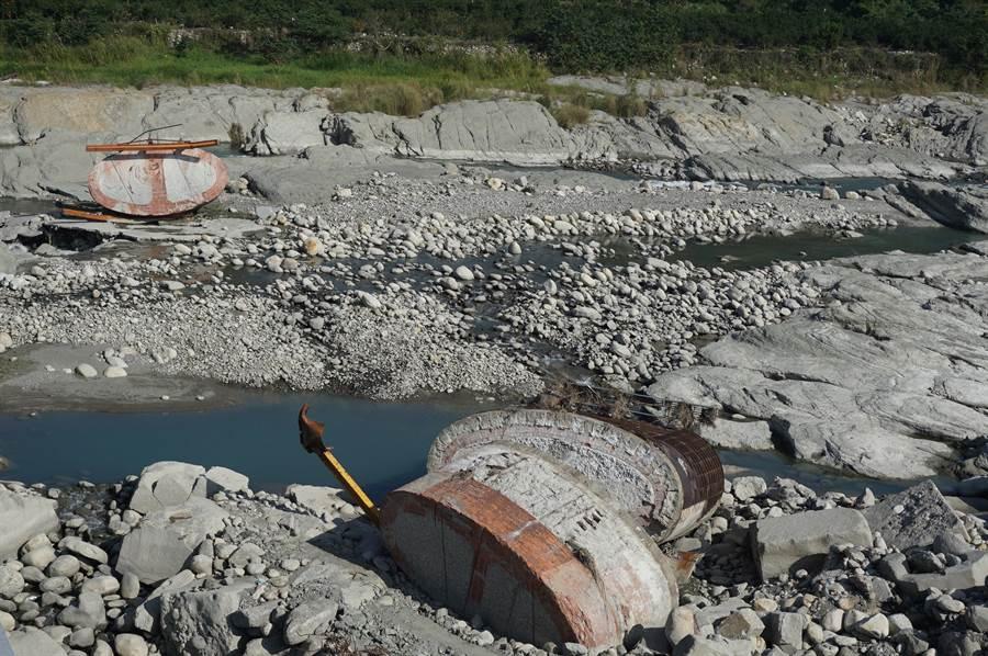 兩座百歲橋墩橫躺大甲溪河床,長達半年,包商束手無策,遭當地居民怒批不負責任。(王文吉攝)