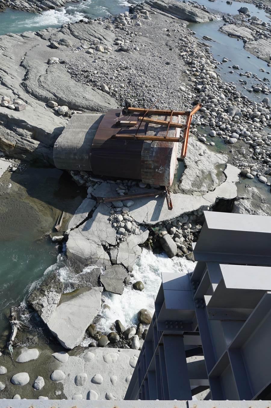 歷史建築悲歌!從橋面俯瞰11公尺深的溪底,編號P4橋墩倒地不起。(王文吉攝)