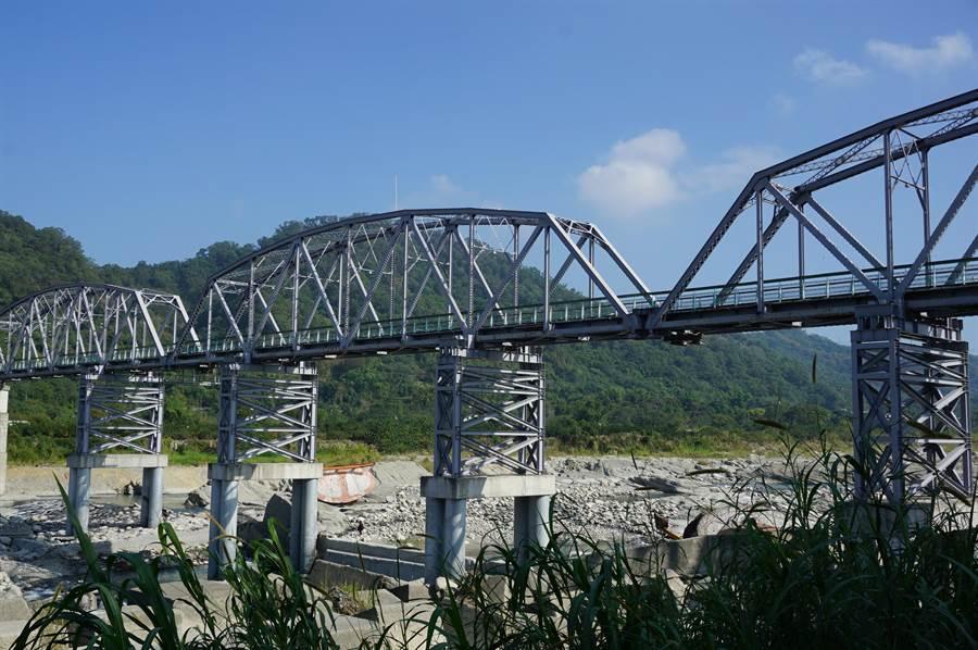 花樑鋼橋目前有4座鋼墩暫時支撐,通行不受影響。(王文吉攝)