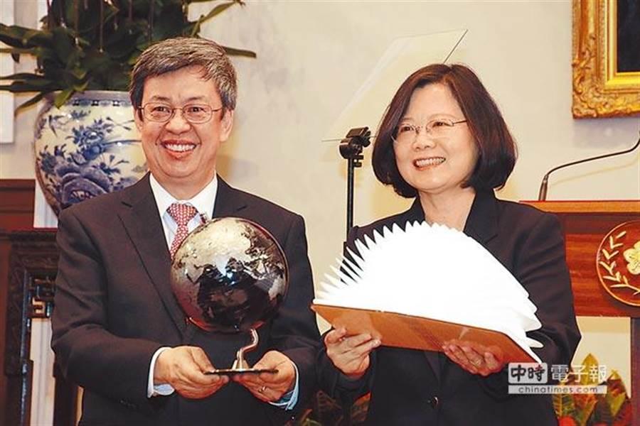 蔡英文(右)總統和副總統陳建仁(左)12月31日在總統府內和中外媒體茶敘。圖/總統府提供