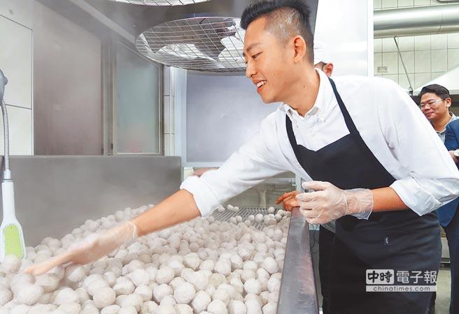 新竹市長林智堅7日參訪華品摃丸工廠,實際操作「摃丸三溫暖」製作過程。(郭芝函攝)