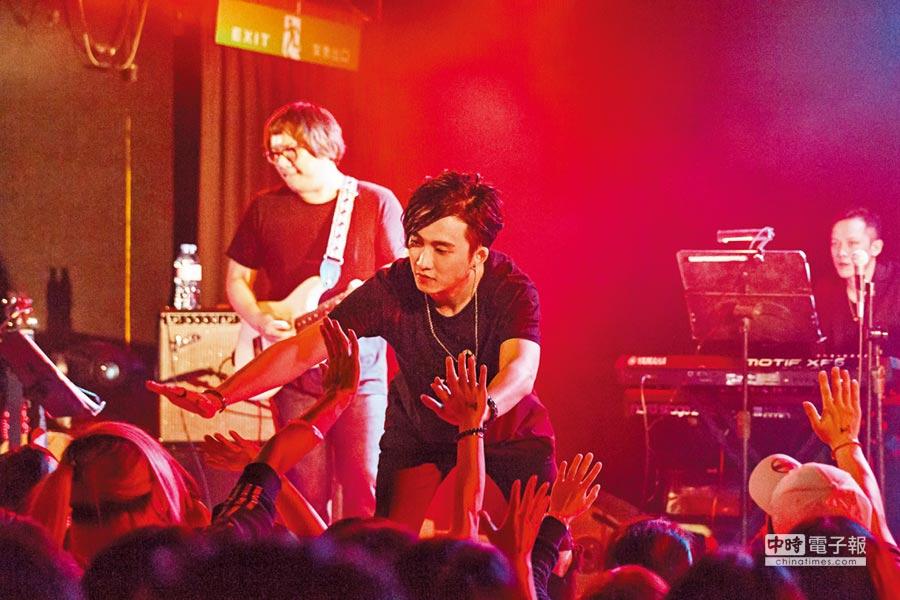 邱鋒澤與台下歌迷擊掌互動。