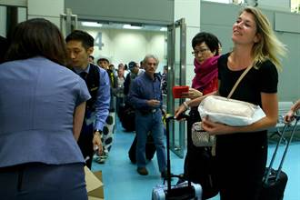 中華航空帝雉號首航歐洲 送旅客睡枕
