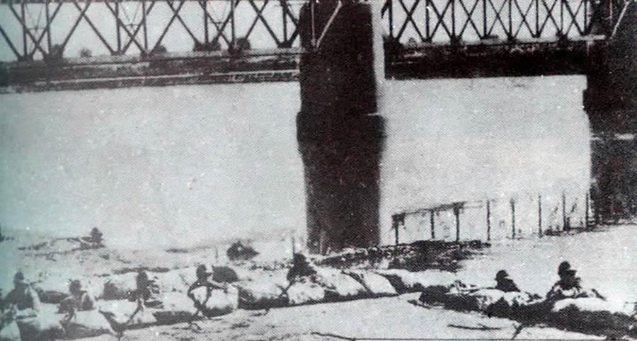 于嫩江桥南岸遭到马占山部队狙击的日本关东军。(新华社)