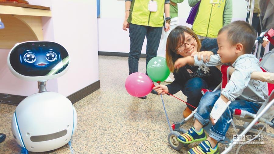 醫療智慧機器人Znebo外型可愛還會說故事,新奇體驗昨讓住院兒童展露笑顏。(謝瓊雲攝)
