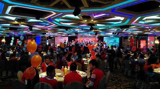 精湛建設發起的「送愛到人間」圍爐餐會活動,今年席開近百桌、宴請900多人圍爐。(圖/曾麗芳)