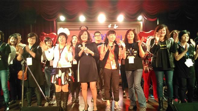 在龍寶建設董事長張麗莉(左3)領軍下,台灣行動菩薩助學協會68位志工加入關懷孩子們的行列。(圖/曾麗芳)