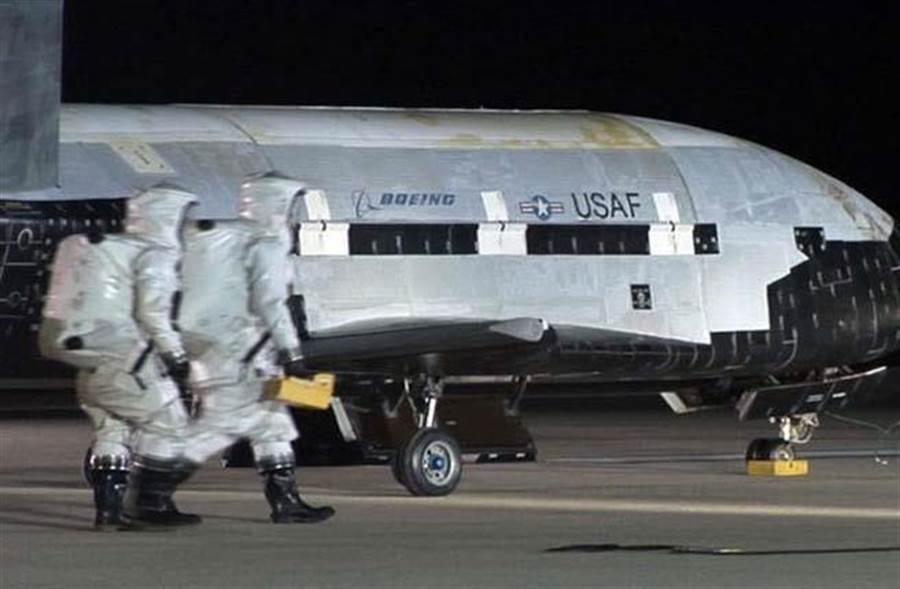 美軍X-37 B太空飛機在加州范登堡空軍基地降落,目前一架X-37 B已在太空執行任務600多天。(圖取自美國空軍官網)