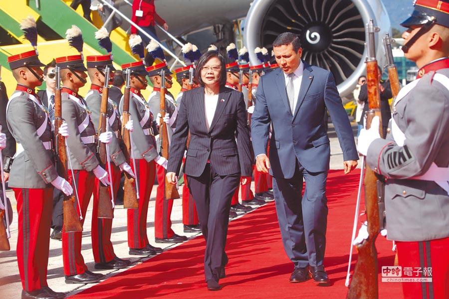 蔡英文總統(中左)11日(當地時間)飛抵瓜地馬拉的瓜京空軍基地,瓜國外交部長莫拉雷斯前往迎接。(中央社)