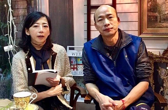 韓國瑜(右)接受中時電子報記者張怡文(左)專訪,對於自己出身軍人世家深感驕傲。