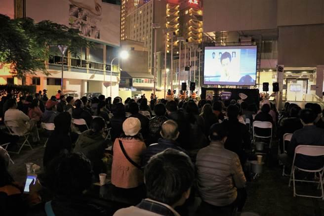 高雄市觀光局露天咖啡電影之夜活動播放六弄咖啡館電影與咖啡市集飄香。(柯宗緯翻攝)