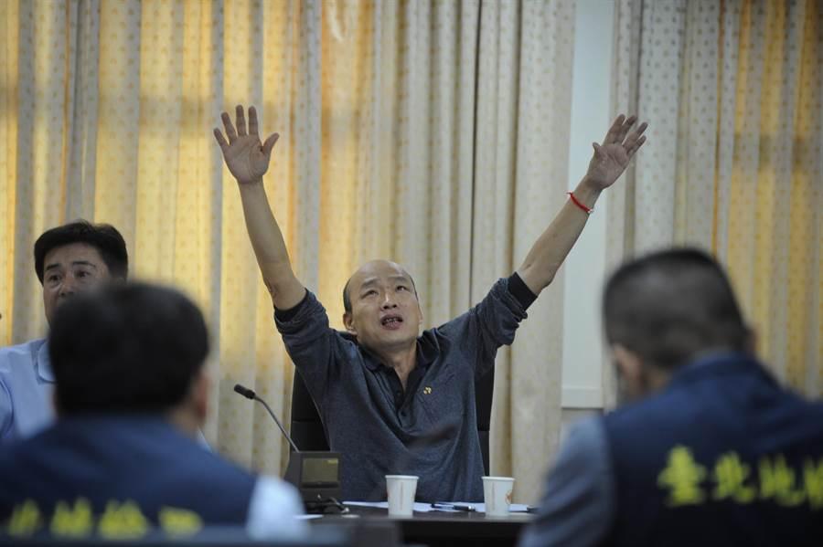 韓國瑜(圖中)個性愛恨分明,才暫時結束北農人事風波,馬上點燃另一場戰火,宣布參選國民黨黨主席。(圖/中央社資料照片)