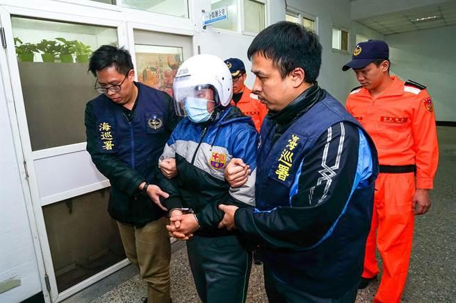 越南偷渡客范文大(左二)7日脫逃,今天向宜蘭機動查緝隊投案。(李忠一攝)