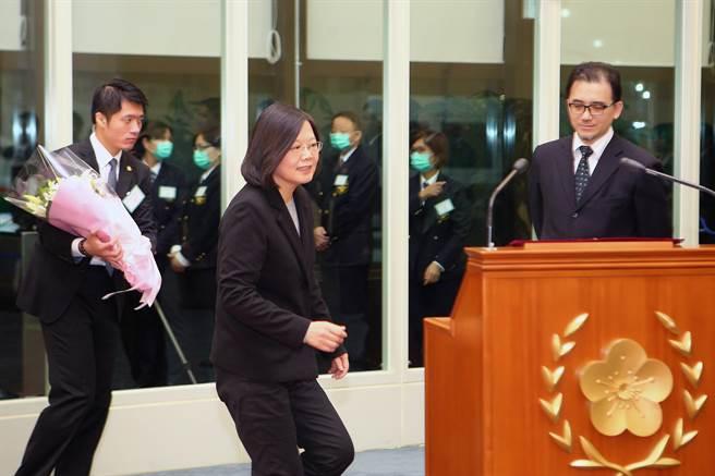 總統蔡英文結束外交出訪後,返國在桃園機場發表簡短談話。(資料照/陳麒全攝)