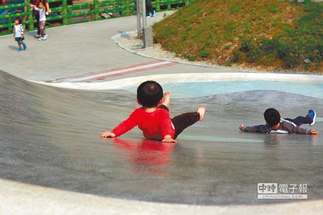 最在地!新北市土城青山公園,利用原本的地形設計出地景溜滑梯,吸引許多小朋友玩耍。(陳俊雄攝)