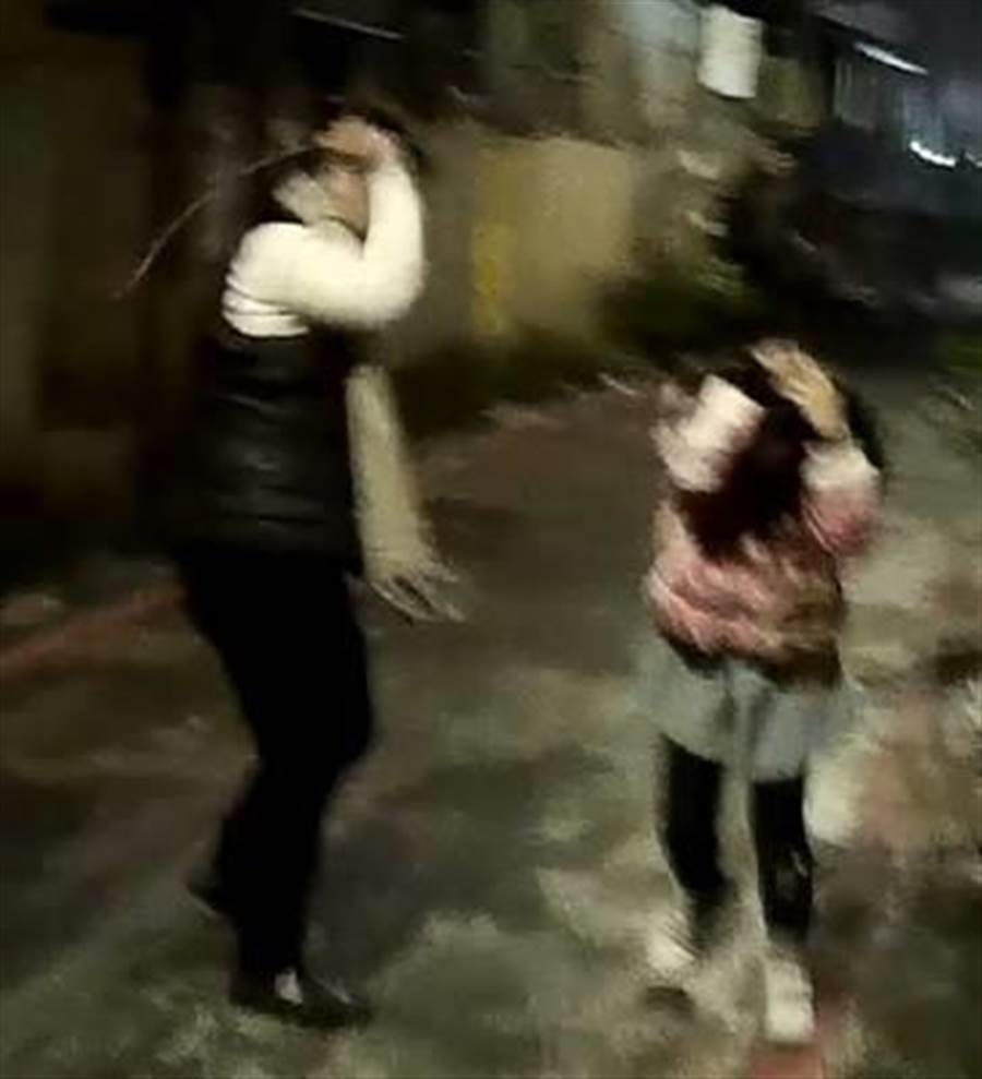 網友15日在臉書社團「爆料公社」表示,鄰居多次在新北市中和區新生街打罵小孩。(葉書宏翻攝)